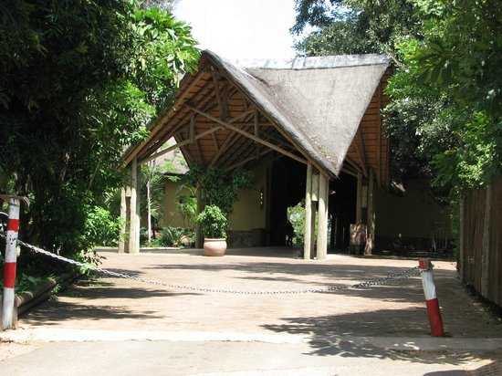 Chobe Safari Lodge: Entrance to the hotel