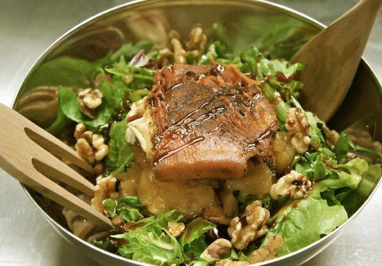 La Macarena Taller de Cocina : Ensalada Parisina - Queso de cabra a la plancha, manzana asada, nueces y vinagreta con miel de c