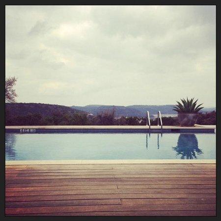 Travaasa Austin: Pool overlooking rolling hills of Austin