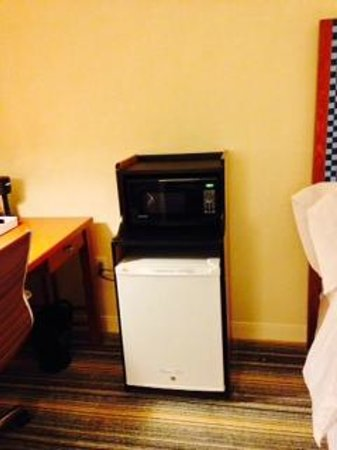 Four Points by Sheraton Bangor Airport: Microwave/fridge