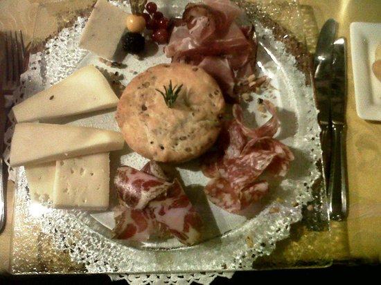 Corte dei Toldi: antipasto: focaccia della corte con formaggi e salumi