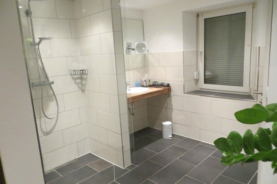 Hotel Villa Melsheimer: de badkamer met inloopdouche.