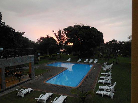 Elephant Lake Hotel: vue sur la piscine