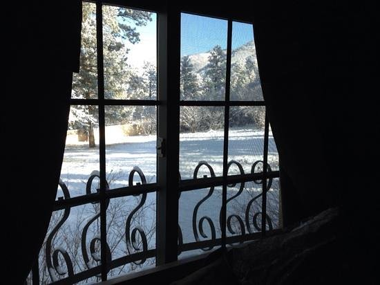 Adobe Inn at Cascade: spring snow out the window of the Ponderosa suite.
