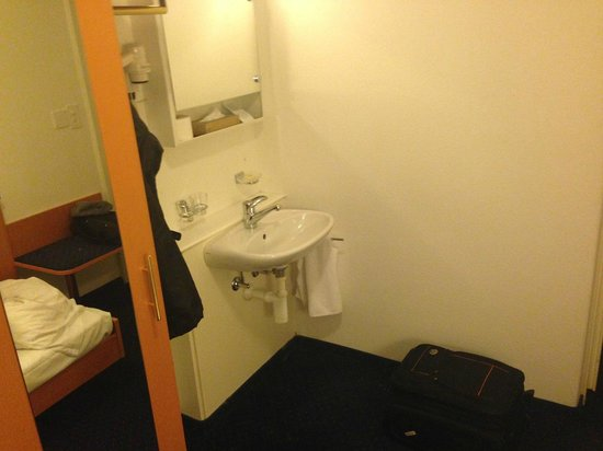 Olympia Hotel : Sink and mirror in the room