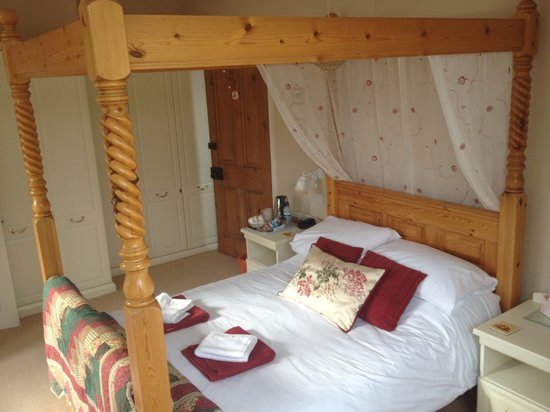 Avenue House Bed & Breakfast: Beautiful Four Poster Bed