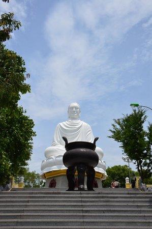 Long Son Pagoda : 大仏様のお出迎え