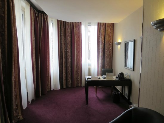 Hotel Les Jardins du Marais : office area of family suite