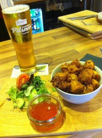 Hewitt's Bar and Kitchen: Calamari and sweet chilli dip and side salad, oh and pint to wash it down.