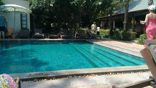 Montien House: Чудный бассейн прямо на берегу