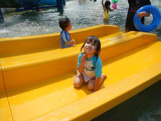 Melaka Wonderland: Rough and matte surface, uneasy to slide