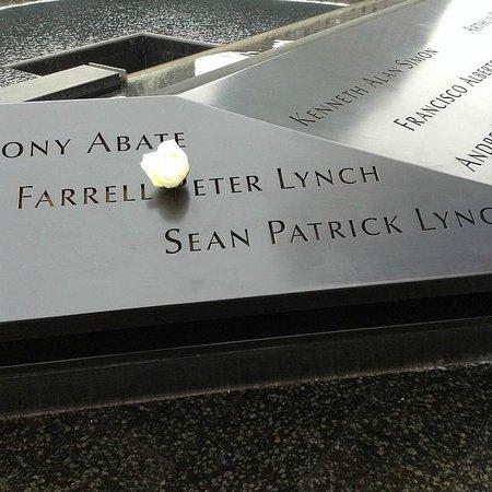 Mémorial du 11-Septembre : Uma Flor branca.