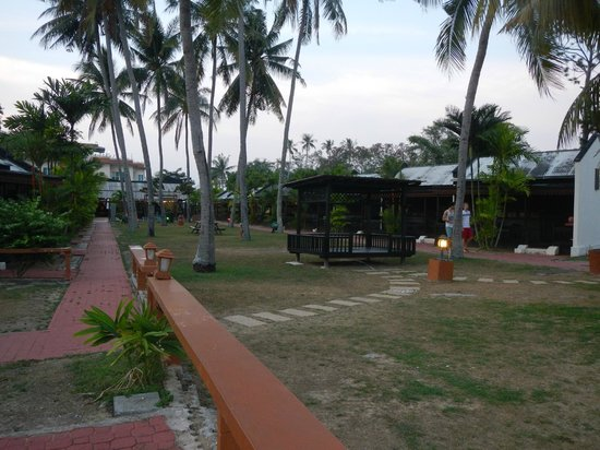 Shah's Beach Resort: walkway to the front office/pool/cafe with chalets on both sides