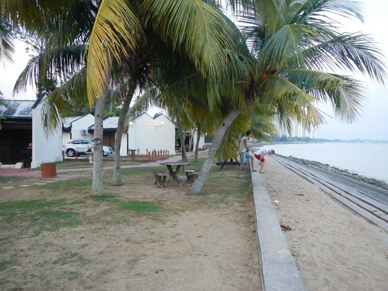 Shah's Beach Resort: u cant swim but u can enjoy wonderful sea breeze morning and evening