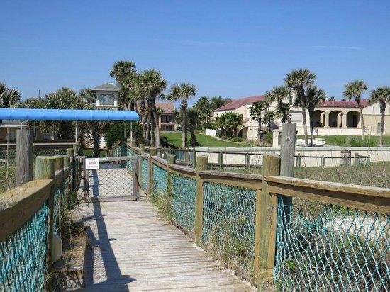 La Fiesta Ocean Inn & Suites : View of the boardwalk leading to the beach