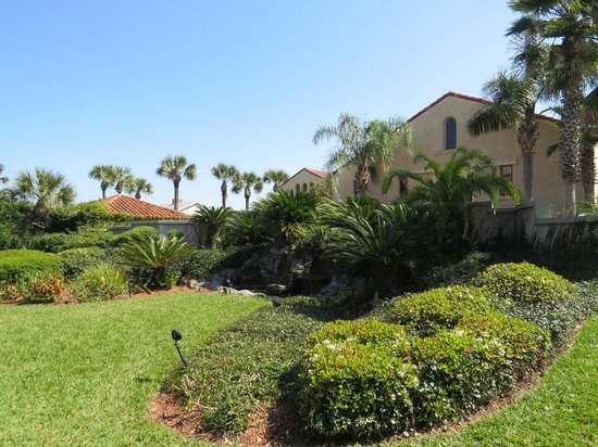 La Fiesta Ocean Inn & Suites: Pond on grounds