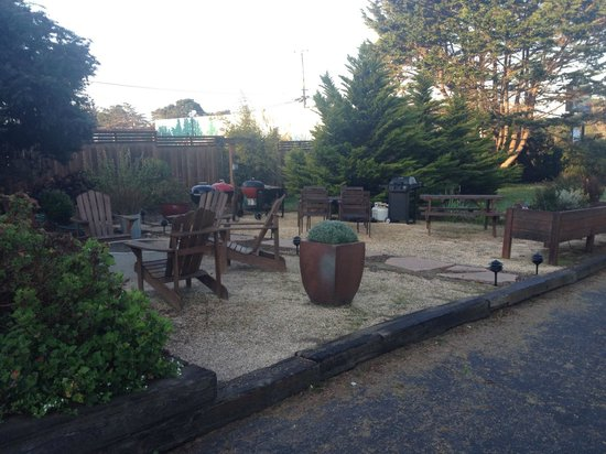 Shoreline Cottages: Fire Pit and BBQ Area