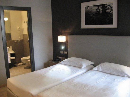 Hotel Adriano: Bathroom