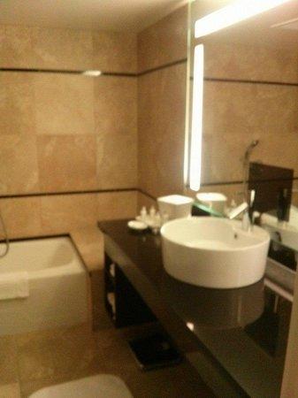 Hotel Nikko San Francisco: Sink in full bath