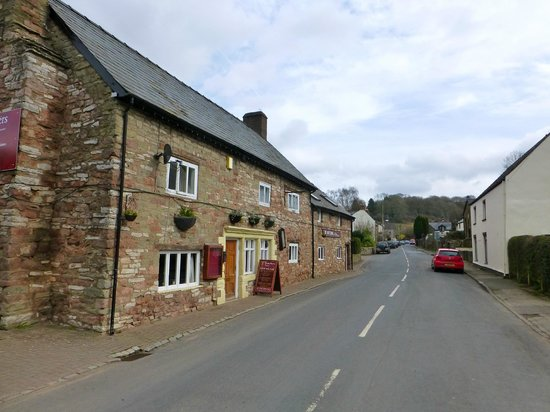 Tudor Farmhouse Hotel: Looking up the street from the hotel