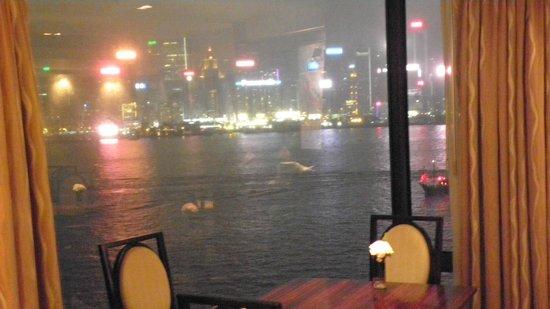 Kowloon Shangri-La Hong Kong: vue sur le port , le soir