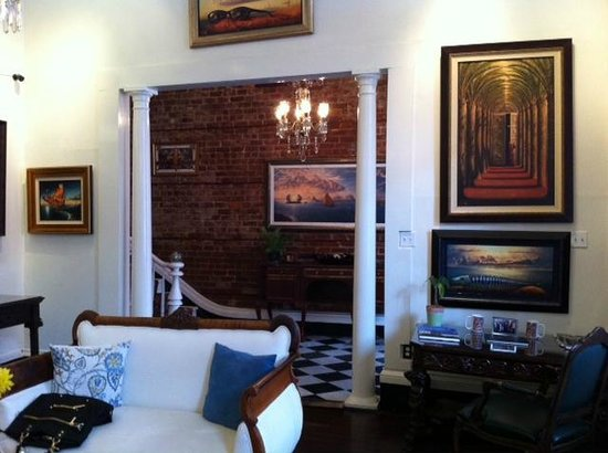 Lafitte Guest House: Salon and art galler different view