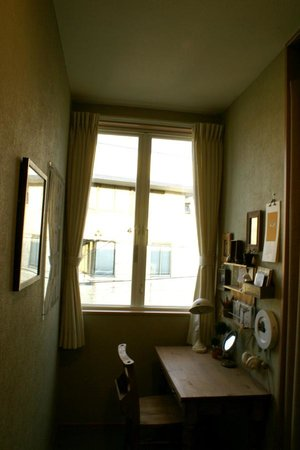 Aso Base Backpackers : 窓が多いので明るいです。