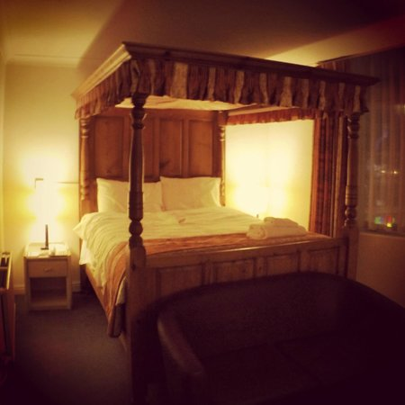 Gardens Hotel: 4 Poster bed!