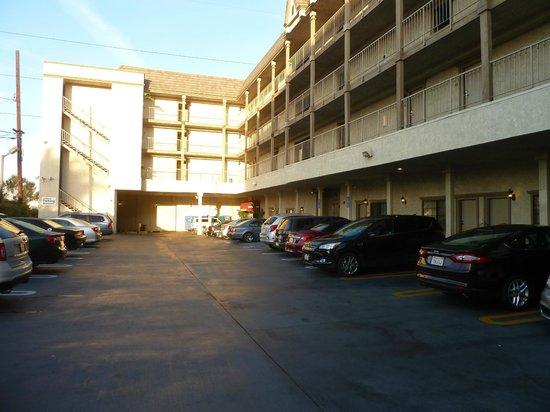 BEST WESTERN Airpark Hotel: Estacionamiento
