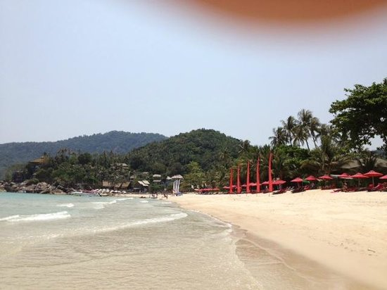Anantara Rasananda Koh Phangan Villas: Strand rechts vom Hotel mit Sonnenliegen