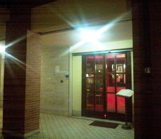 Pizzeria Stravinskij : l'ingresso del locale sotto i portici di largo Favino