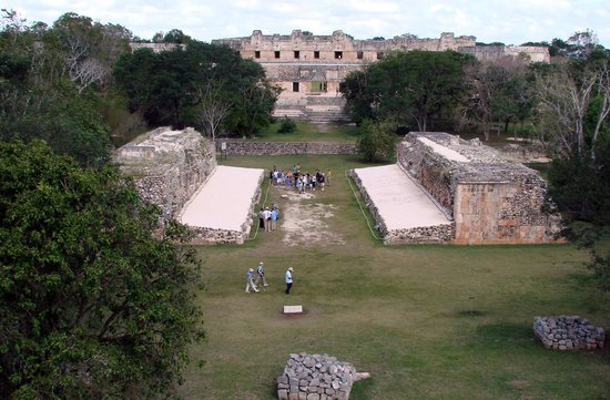 Hotel Hacienda Uxmal Plantation & Museum : Uxmal ballcourt with palace in center