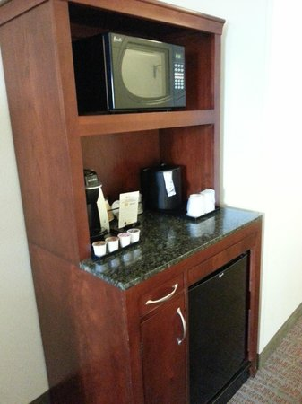 Hilton Garden Inn Rockford: Refreshment center with Microwave and fridge