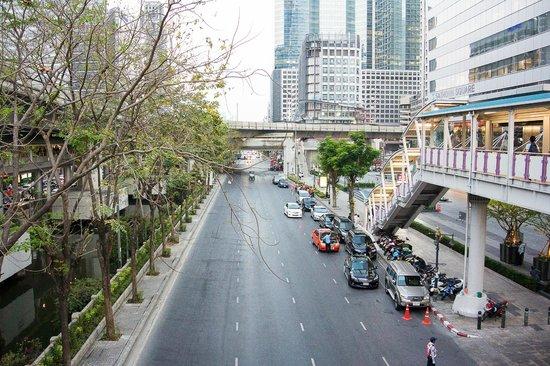 Ascott Sathorn Bangkok: Переход на станцию наземного метро