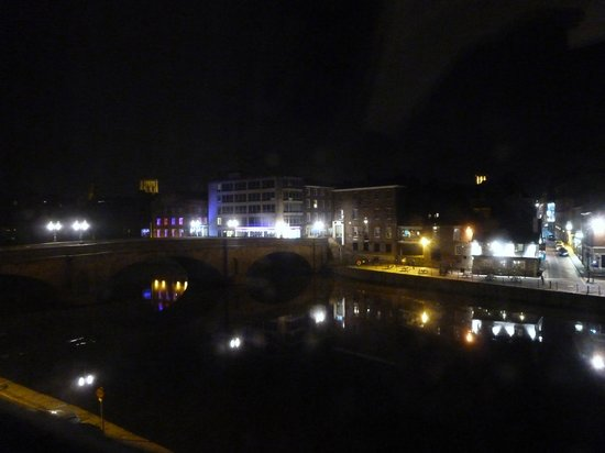 The Queens Hotel: the pubs across the river at night(not noisy)