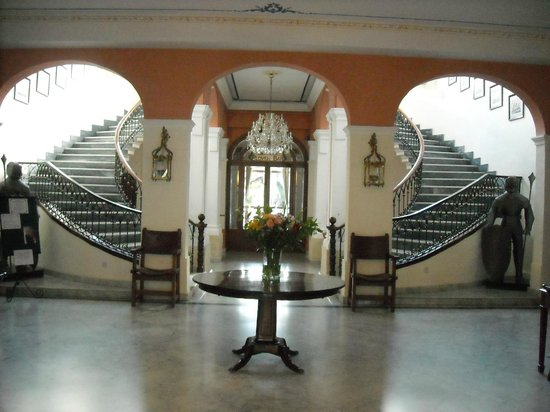 Imperial Hotel: Foyer beyond front entrance