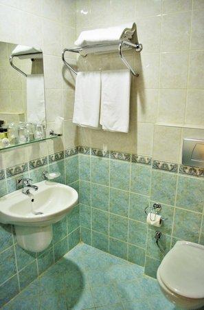 Nena Hotel: Bathroom
