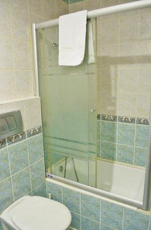 Nena Hotel: Shower/Bath