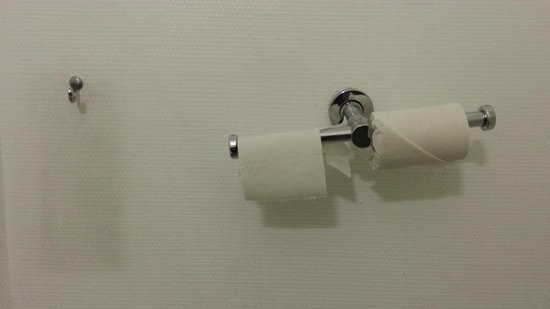 Ibis budget Paris Porte de Bercy : Broken toilet paper holder
