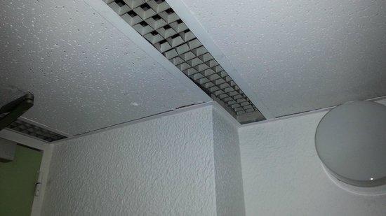 Ibis budget Paris Porte de Bercy : Broken ventilation grid