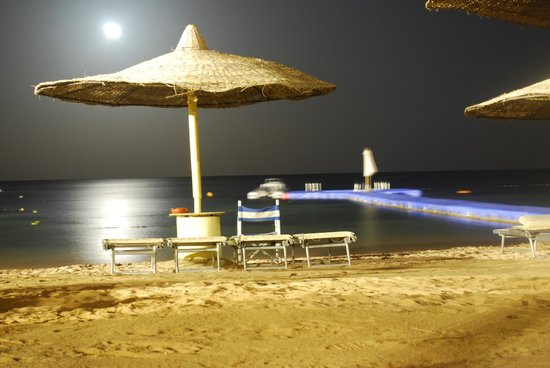 The Royal Savoy Sharm El Sheikh : The beach at night