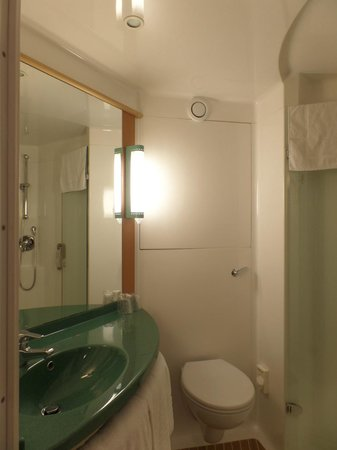 Ibis London Gatwick Airport: Shower room