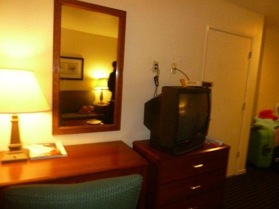 Buena Vista Motor Inn: tv vieja pero funciona, la pared deberia pintarse