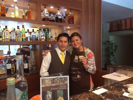 SUMAQ Machu Picchu Hotel: Fernando bar tender del hotel Sumaq. Preparando exquisitos piscos sour. Excelente maestro.