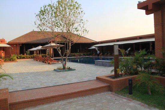 Bagan Lodge: Poolbereich mit Blick aufs Restaurant