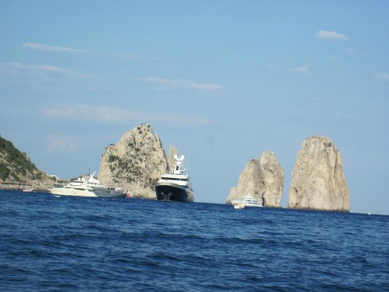 Banana Sport Capri Boat : Sharing the coast with amazing yachts, pretending we fit in