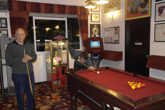 Crows Nest Caravan Park: game of pool in the one of the bars