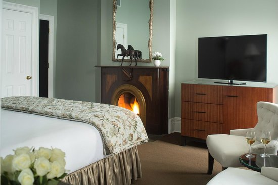 Saratoga Arms: Romantic touches & modern amenities