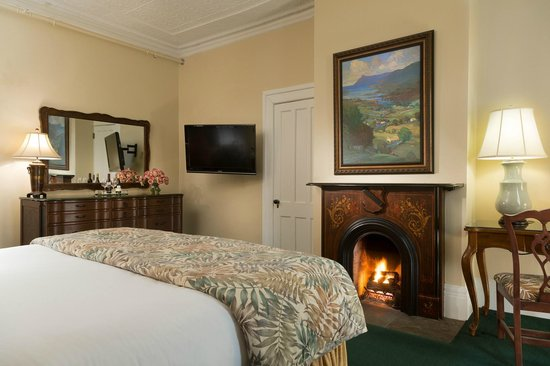 Saratoga Arms: Relax in front of your fireplace