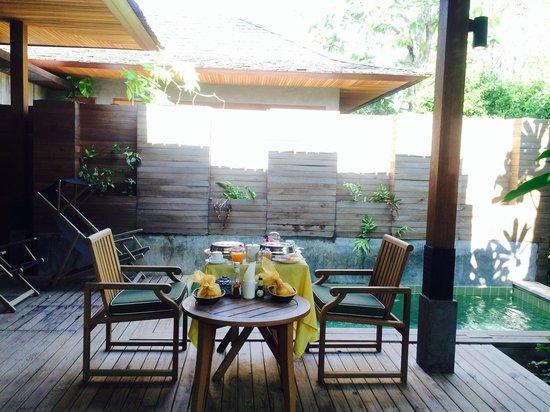 Tango Luxe Beach Villa: อาหารเช้าริมสระน้ำส่วนตัว